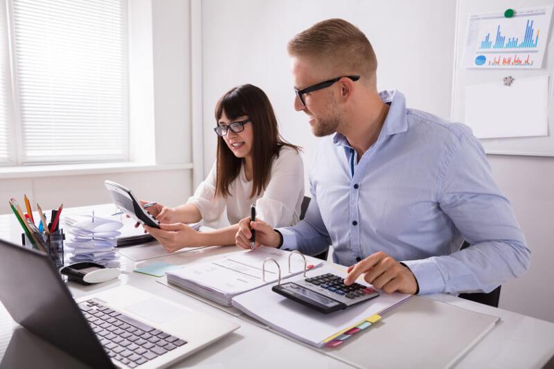 Jakie akcesoria do klejenia powinny znaleźć się w każdym biurze?