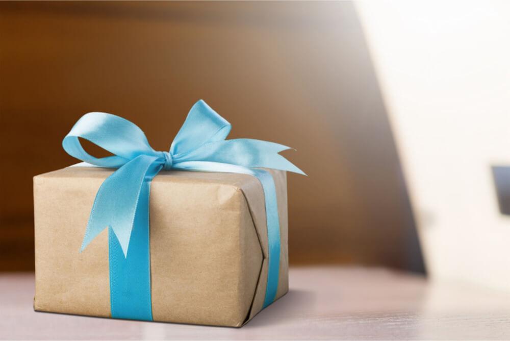 Pakowanie prezentów z użyciem taśmy klejącej